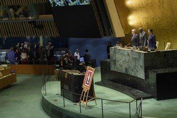 الوقوف دقيقة صمت حدادا على وفاة السلطان قابوس بن سعيد في قاعة الجمعية العامة للأمم المتحدة.