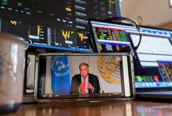 الأمين العام للأمم المتحدة أنطونيو غوتيريش يطلع وسائل الإعلام على الآثار الاجتماعية والاقتصادية لوباء كوفيد-19.