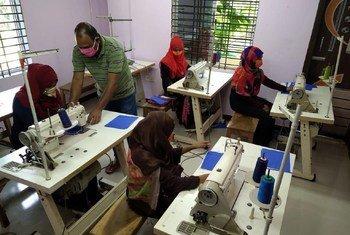 Trabajadoras fabricando máscarillas para los profesionales en la primera línea de combate al coronavirus.