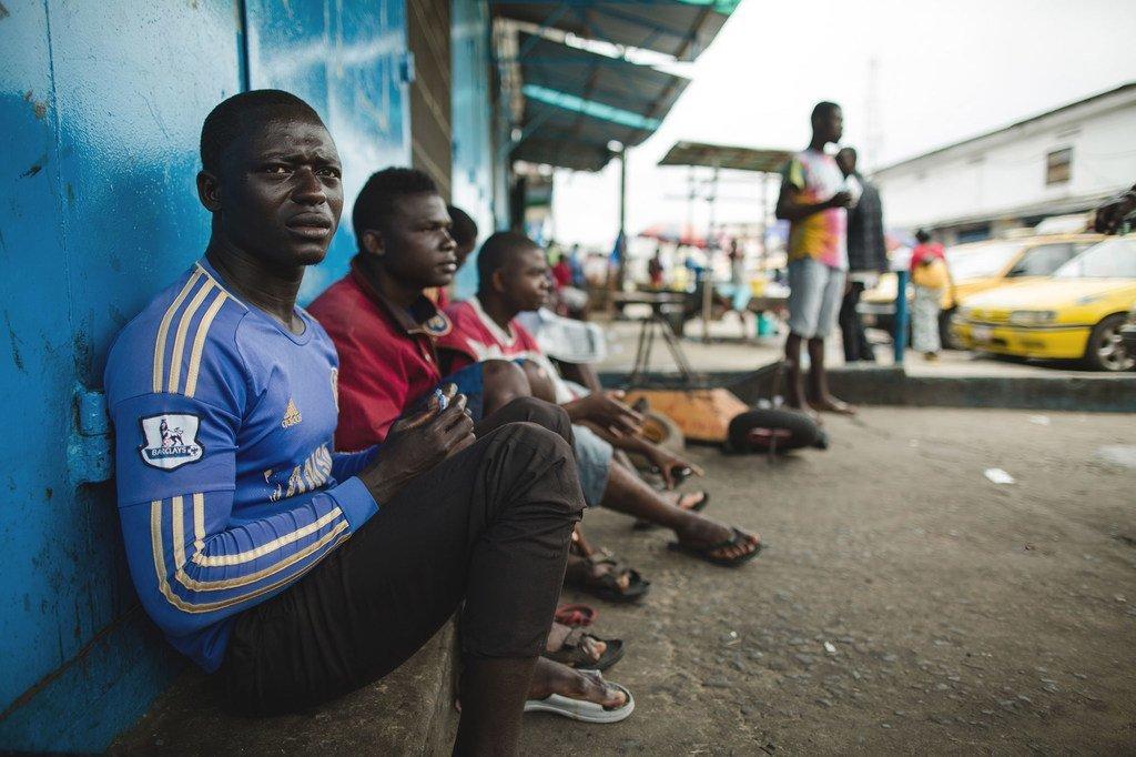 Des chauffeurs de taxi sans emploi pendant la crise d'Ebola, au Libéria 2014. La crise du Covid-19 menace de toucher de manière disproportionnée les pays en développement avec des pertes de revenus qui devraient dépasser 220 milliards de dollars.