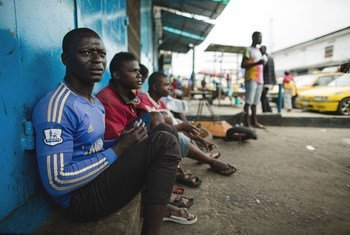 2014年,利比里亚暴发埃博拉疫情期间失业的出租车司机。2019冠状病毒危机有可能严重打击发展中国家,其收入损失预计将超过2200亿美元。