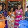 Crianças lavando as mãos em Cox's Bazar, Bangladesh