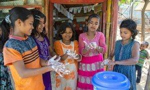 孟加拉国考克斯巴扎尔难民营的儿童在由儿基会支持的学习中心内洗手。