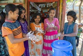 Des enfants se lavent les mains avec du savon dans un centre d'apprentissage soutenu par l'UNICEF dans un camp de réfugiés rohingyas, à Cox's Bazar, au Bangladesh.