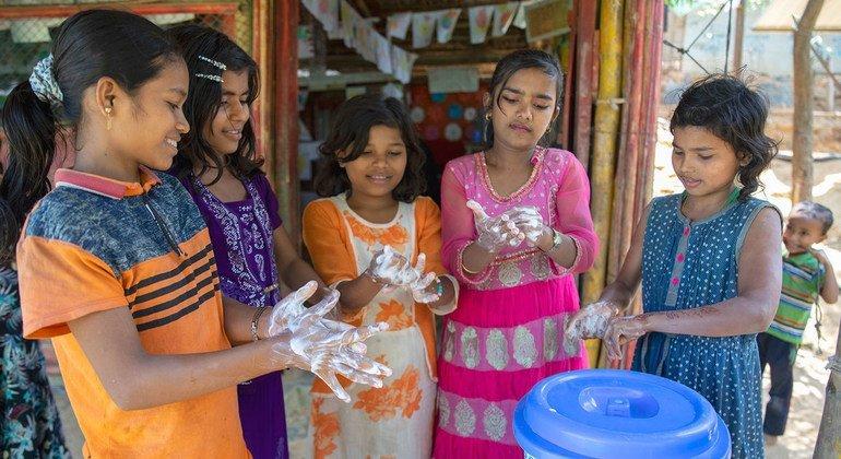 Niños se lavan las manos para protegerse del coronavirus en un campamento de refugiados rohinyá en Cox Bazar, Bangldesh
