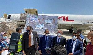 مسؤولون أمميون ويمنيون يتسلمون الدفعة الأولى من اللقاحات ضد كوفيد-19 في مطار عدن الدولي، عبر مرفق كوفاكس.