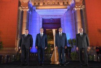 أمين عام منظمة السياحة مع وزير السياحة والآثار المصري خلال زيارته للمتحف المصري بالقاهرة.