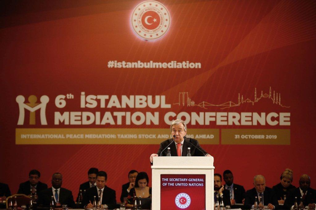 安东尼奥·古特雷斯秘书长(在讲台上)于2019年10月31日在土耳其第六次伊斯坦布尔调解会议上致开幕词。