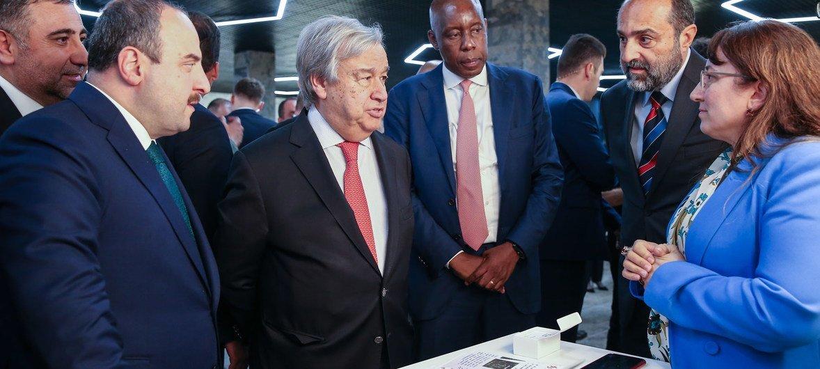安东尼奥·古特雷斯秘书长(左二)与土耳其工业和技术部长穆斯塔法·瓦朗克在土耳其格布泽访问了联合国技术银行。(2019年10月31日)