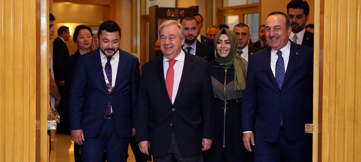 الأمين العام للأمم المتحدة أنطونيو غوتيريش ووزير الخارجية التركي مولود أوغلو خلال مؤتمر اسطنبول السادس للوساطة في تركيا. (31 أكتوبر 2019)