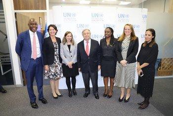 الأمين العام للأمم المتحدة مع موظفي بنك التكنولوجيا التابع للأمم المتحدة في تركيا.