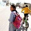 Une fillette de 12 ans revient de l'école à Rafah, dans le sud de la bande de Gaza.