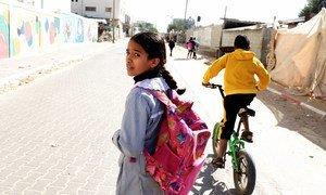 طفلة في 12 من عمرها تسير إلى البيت من مدرستها في رفح جنوب قطاع غزة، فلسطين
