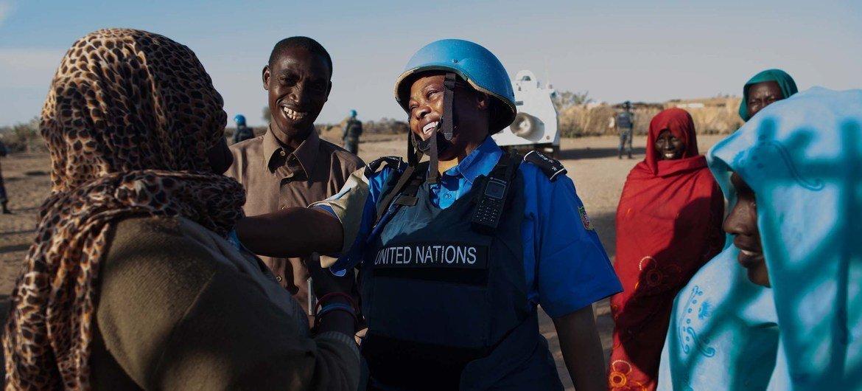 Una policía de UNAMID conversa con mujeres en un punto de sumnistro de agua en el campamento de desplazados de Nifasha, en el norte de Darfur (foto de archivo).