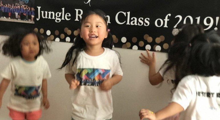 舞蹈是儿童早期教育的重要一环,但在2019冠状病毒病大流行的背景下,这样的面对面舞蹈教学无法进行。