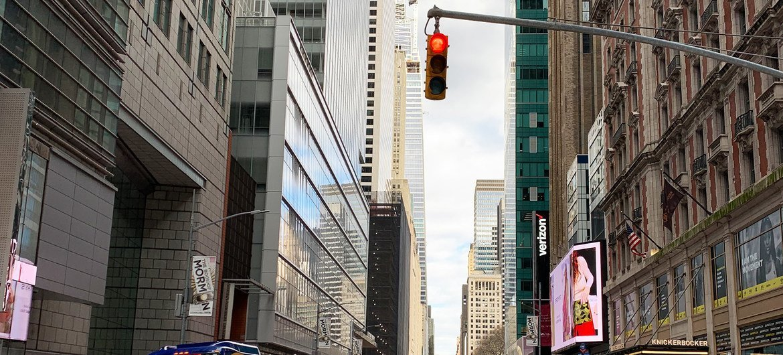 Las ciudades de todo el mundo sufren la crisis de la pandemia de COVID-19. En la foto la calle 42 de Manhattan en Nueva York, generalmente muy concurrida, se ve vacía debido al confinamiento.