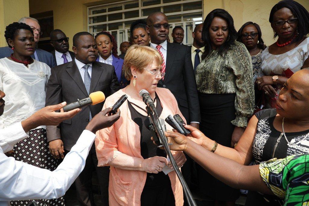 联合国人权事务高级专员巴切莱特在访问刚果民主共和国伊图里期间向刚果媒体发表讲话(档案照片)。