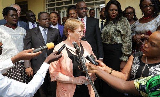 La Alta Comisionada para los Derechos Humanos, Michelle Bachelet, habla con la prensa congoleña durante su visita a Ituri, en la RD Congo.