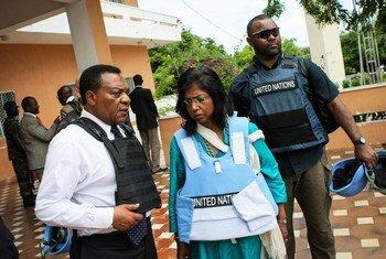 Mwakilishi Maalum wa Katibu Mkuu wa UN nchini Somalia, Balozi Augustine Mahiga (kushoto) akiwa na Msaidizi wa Katibu Mkuu kuhusu masuala ya mashinani Ameerah Haq (katikati) mjini Mogadishu, Somalia (13 Novemba 2012)