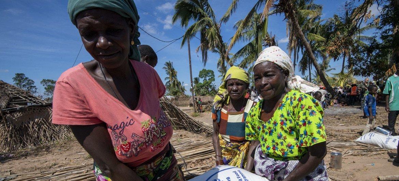 Distribuição de comida na vila de Nacate, perto de Macomia, em Cabo Delgado