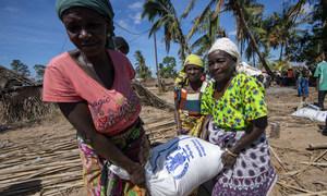 莫桑比克一个受影响的社区正在接受世界粮食计划署的粮食救济。