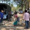 भारत में सीआरपीएफ़ के जवान असम प्रदेश में लॉकडाउन से प्रभावित लोगों को खाद्य सामग्री वितरित करते हुए, साथ में संगीत के ज़रिए लोगों का मानसिक स्वास्थ्य भी अच्छा रखने की कोशिश की गई.
