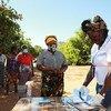 Wafanyakazi wa IOM wakiwa na wakimbizi wa ndani katika jimbo la Cabo Delgado.