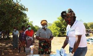 Le personnel de l'OIM avec les personnes déplacées dans la province de Cabo Delgado