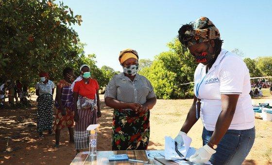 Funcionária da OIM apoia população deslocada no bairro de Alto Gingone, em Pemba, na província de Cabo Delgado