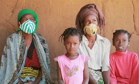 Mulheres e crianças deslocadas no bairro de Alto Gingone, em Pemba, na província de Cabo Delgado