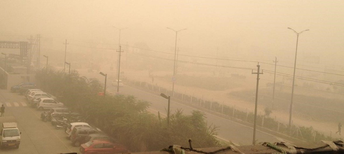 भारत की राजधानी दिल्ली में वायु प्रदूषण स्वास्थ्य के लिए ख़तरनाक स्तर पर पहुँच जाता है.