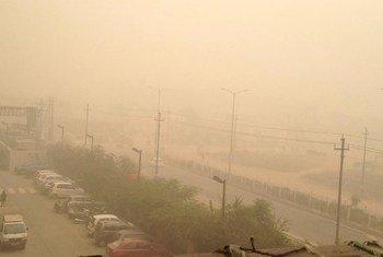 Una gruesa capa de contaminación envuelve la capital de la India, Nueva Delhi.