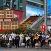 深圳华强北商业街下班高峰期间等过马路的人群