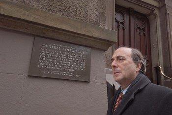 Jonas Rabinovitch junto à Sinagoga Central em Nova Iorque