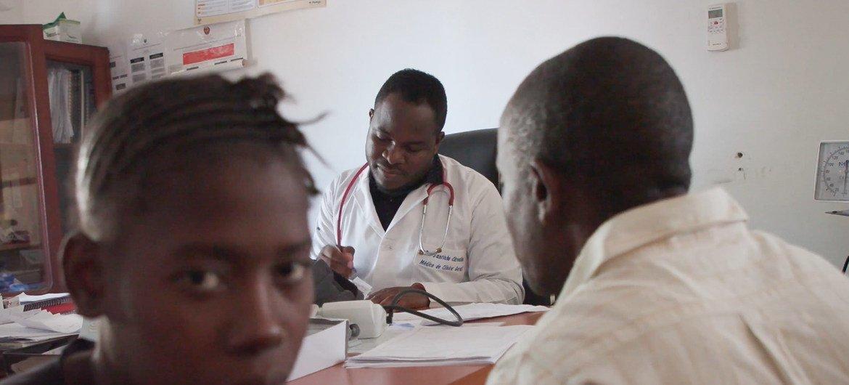 Médico Santinho Carvalho atende paciente com HIV no Hospital de Macomia, em Cabo Delgado, Moçambique