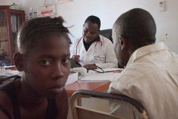 Le docteur Santinho Carvalho écoute un patient séropositif à l'hôpital Macomia, Cabo Delgado, Mozambique.