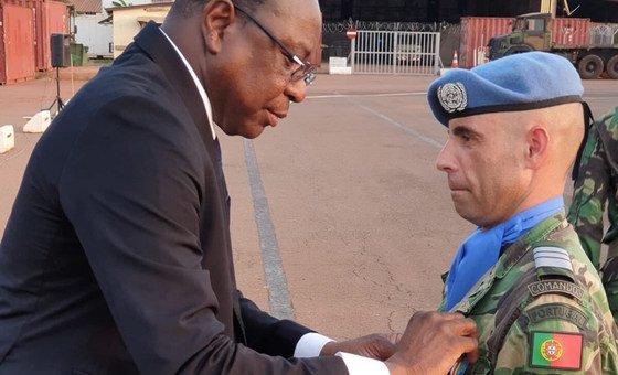 Representante especial do secretário-geral atribui medalha a militar português