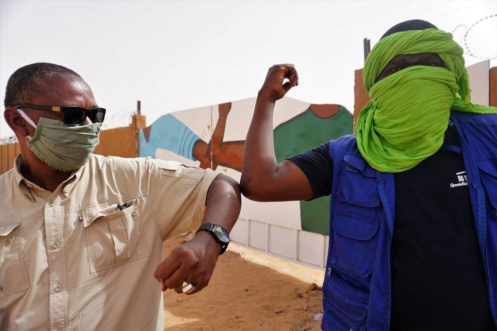Les portes de la maison des jeunes à Arlit, à Agadez, au Niger, arborent désormais le célèbre coup de coude, mesure barrière qui a remplacé la poignée de main pour contrer la propagation de la covid-19.