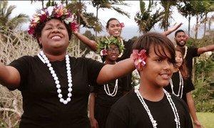 表演者在太平洋在线音乐会上演唱。