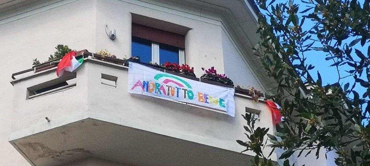 Все будет хорошо! Такие лозунги можно увидеть на балконах домов в Риме во время карантина, введенного из-за COVID-19