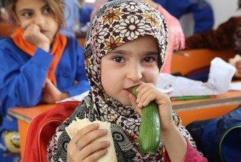 Le PAM fournit des repas aux enfants syriens dans le cadre de son programme de cantine scolaire en Syrie.