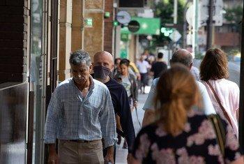 2019冠状病毒病大流行期间,阿根廷布宜诺斯艾利斯的日常生活场景——人们走在城市的街道上。