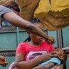 L'agent de santé Arlette Nyange vaccine Ebenezer, 4 ans, dans le cadre d'une campagne de vaccination contre la polio soutenue par l'UNICEF à Kinshasa, en RD du Congo.