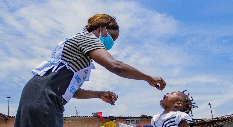 L'agent de santé Arlette Nyange vaccine Amelia, 3 ans, dans le cadre de la première campagne de vaccination contre la polio depuis le début de la pandémie de Covid-19, visant à protéger plus de 3 millions d'enfants dans les provinces de Kinshasa, Maï-Ndombe et Tshopo entre le 15-17 et le 29-31 octobre 2020.