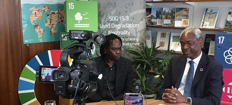 Le musicien et chanteur Sénégalais Baaba Maal avec Ibrahim Thiaw, Secrétaire exécutif de la Convention des Nations Unies sur la lutte contre la désertification (photo d'archives).