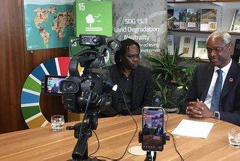 Mwanamuziki wa Senegal Baaba Maal, ambaye pia ni Balozi Mwema wa UNCCD akiwa na Ibrahim Thiaw, Katibu Mtendaji wa UNCCD.