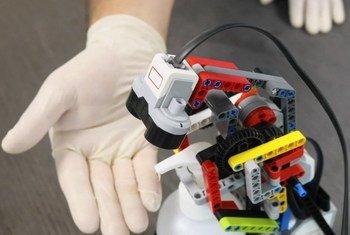 जॉर्डन के ज़ाताआरी शरणार्थी शिविर में कुछ शरणार्थियों ने आधुनिक तकनीक का इस्तेमाल करके एक लैगो रोबोट बनाया है जो सैंसर के ज़रिये हाथ सफ़ाई में मदद करता है.