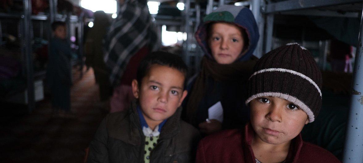 Un groupe de garçons sur le dortoir de l'orphelinat Shaheed Abdul Ahad Khan Khan Karzai à Kandahar. L'orphelinat accueille plus de 180 enfants de six à dix-huit ans.