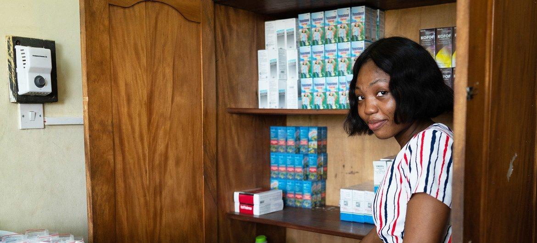 Felicia Arthur, technicienne en pharmacie, montre les médicaments traditionnels et orthodoxes disponibles dans le dispensaire d'une clinique qui propose des soins médicaux conventionnels et traditionnels.