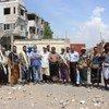 Abhijit Guha com iemenitas em um ponto de observação na cidade de Hodeida, no Iêmen.
